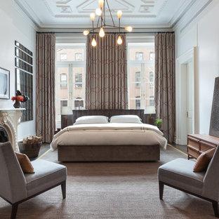 Стильный дизайн: большая хозяйская спальня в современном стиле с белыми стенами, стандартным камином, фасадом камина из штукатурки, ковровым покрытием и серым полом - последний тренд