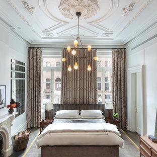 Свежая идея для дизайна: хозяйская спальня среднего размера в современном стиле с белыми стенами, темным паркетным полом, стандартным камином и фасадом камина из штукатурки - отличное фото интерьера