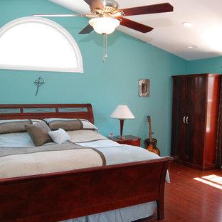 Свежая идея для дизайна: хозяйская спальня среднего размера в классическом стиле с синими стенами и полом из фанеры - отличное фото интерьера