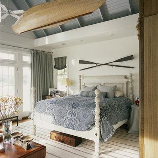 Diseño de dormitorio costero, sin chimenea, con paredes blancas