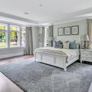 Inspiration pour une grand chambre parentale traditionnelle avec un mur beige, un sol en bois foncé, aucune cheminée, un sol marron et un plafond décaissé.