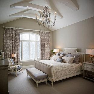Esempio di una grande camera matrimoniale chic con pareti grigie e moquette