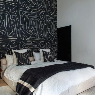 Foto på ett mellanstort funkis gästrum, med svarta väggar, ljust trägolv och beiget golv
