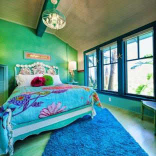 Diseño de dormitorio bohemio con suelo de madera pintada y suelo turquesa