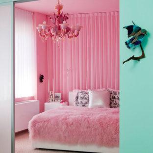 Inspiration för ett eklektiskt sovrum, med rosa väggar, heltäckningsmatta och beiget golv
