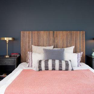 Пример оригинального дизайна интерьера: спальня в стиле фьюжн с синими стенами и ковровым покрытием без камина