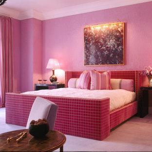 Imagen de dormitorio bohemio con suelo rosa