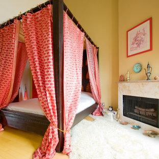 ロサンゼルスのエクレクティックスタイルのおしゃれな寝室 (コーナー設置型暖炉)