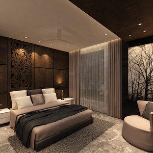Inspiration för ett stort eklektiskt sovrum, med bruna väggar och marmorgolv