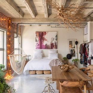 Идея дизайна: спальня на антресоли в стиле фьюжн с белыми стенами, бетонным полом и серым полом