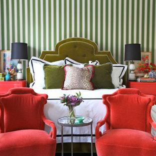 Exempel på ett eklektiskt sovrum, med gröna väggar och mörkt trägolv
