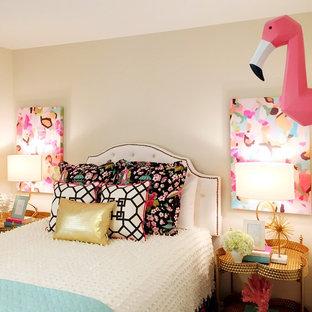 Imagen de habitación de invitados ecléctica, de tamaño medio, sin chimenea, con paredes beige y suelo de madera en tonos medios