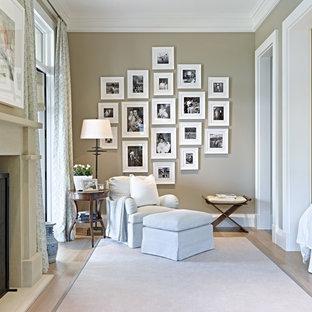 Klassisches Schlafzimmer mit grauer Wandfarbe, hellem Holzboden und Kamin in Phoenix
