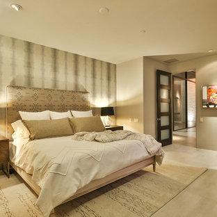Diseño de habitación de invitados ecléctica, de tamaño medio, sin chimenea, con paredes verdes, suelo de baldosas de porcelana, marco de chimenea de piedra y suelo beige
