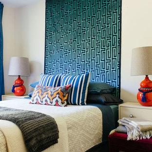 Idées déco pour une grande chambre parentale éclectique avec un mur gris et aucune cheminée.