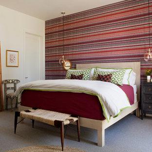 Réalisation d'une chambre vintage de taille moyenne avec un mur blanc.