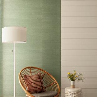 Immagine di una camera matrimoniale minimalista di medie dimensioni con pareti verdi, moquette e nessun camino