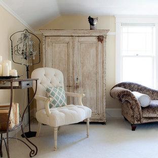 ポートランドの広いシャビーシック調のおしゃれな主寝室 (黄色い壁、カーペット敷き、暖炉なし)