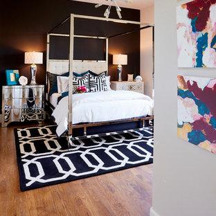 Immagine di una camera degli ospiti boho chic di medie dimensioni con pareti nere, parquet scuro e nessun camino