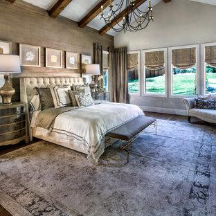 Immagine di una camera matrimoniale eclettica di medie dimensioni con parquet scuro, nessun camino e pareti marroni