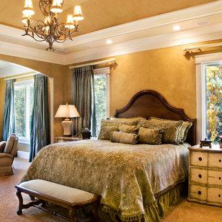 Idee per una camera matrimoniale chic di medie dimensioni con pareti gialle, moquette e nessun camino