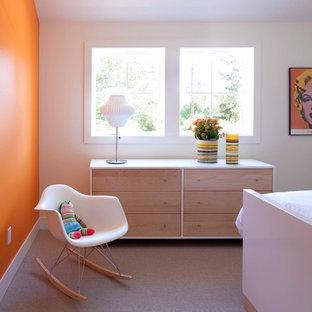 Inredning av ett modernt sovrum, med orange väggar och heltäckningsmatta