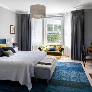Modelo de dormitorio principal, tradicional, con paredes grises, moqueta, suelo beige y chimenea tradicional