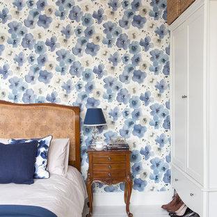 Aménagement d'une chambre parentale victorienne de taille moyenne avec un mur bleu, un sol en bois peint, aucune cheminée et un sol blanc.