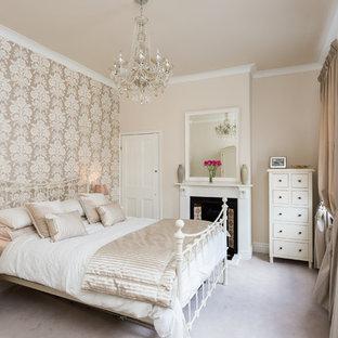 Ispirazione per una grande camera matrimoniale classica con pareti grigie, moquette, camino classico e cornice del camino in legno