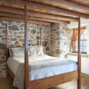 Esempio di una camera degli ospiti country di medie dimensioni con pareti bianche, pavimento in legno massello medio, nessun camino e pavimento marrone