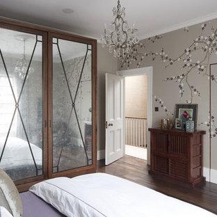Modelo de dormitorio principal, contemporáneo, de tamaño medio, con paredes multicolor y suelo de madera oscura