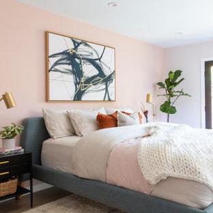 Idéer för att renovera ett mellanstort retro huvudsovrum, med rosa väggar, mellanmörkt trägolv och brunt golv