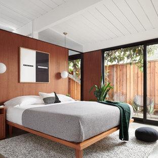 Mid-Century Schlafzimmer mit brauner Wandfarbe, Betonboden, grauem Boden, Holzdielendecke, gewölbter Decke und Holzwänden in San Francisco
