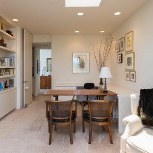 Imagen de dormitorio principal, retro, extra grande, con paredes blancas, moqueta, chimenea tradicional y marco de chimenea de baldosas y/o azulejos