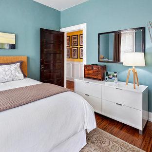 Ispirazione per una camera da letto classica con pareti blu, pavimento in legno massello medio e nessun camino