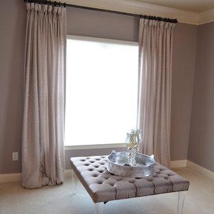 Modelo de dormitorio principal, tradicional renovado, grande, con paredes púrpuras y moqueta