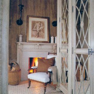 Идея дизайна: хозяйская спальня среднего размера в викторианском стиле с светлым паркетным полом, стандартным камином, фасадом камина из штукатурки, бежевыми стенами и белым полом