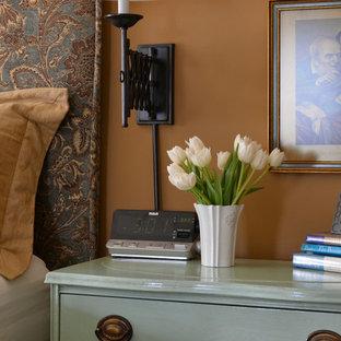 Immagine di una grande camera matrimoniale stile shabby con pareti marroni, moquette, nessun camino e pavimento beige