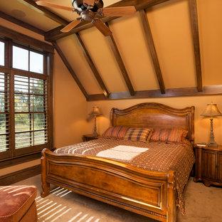 Ejemplo de dormitorio principal, clásico, grande, sin chimenea, con parades naranjas, moqueta y suelo marrón
