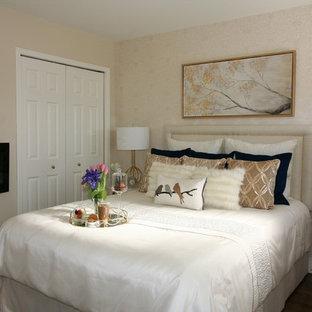 Modelo de habitación de invitados papel pintado, clásica renovada, de tamaño medio, con paredes beige, suelo de madera oscura, chimeneas suspendidas, suelo marrón y papel pintado