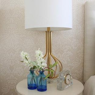 Diseño de habitación de invitados papel pintado, clásica renovada, de tamaño medio, con paredes beige, suelo de madera oscura, chimeneas suspendidas, suelo marrón y papel pintado