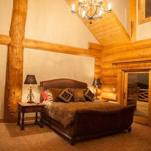 Foto de dormitorio principal, rural, grande, sin chimenea, con paredes beige, moqueta y suelo marrón