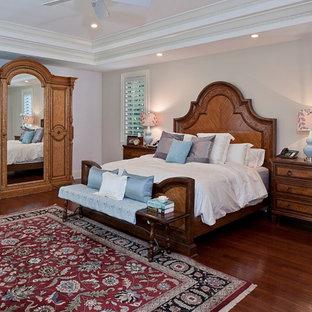Klassisches Hauptschlafzimmer mit rotem Boden in Miami