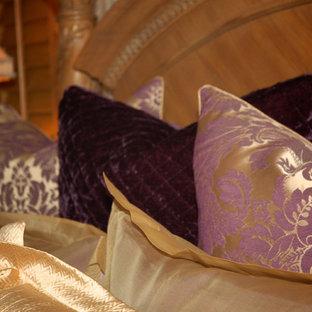 Diseño de dormitorio principal, tradicional, de tamaño medio, con paredes púrpuras y moqueta