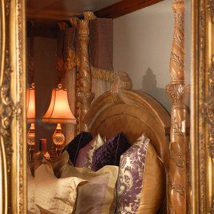 Diseño de dormitorio principal, clásico, de tamaño medio, con paredes púrpuras y moqueta
