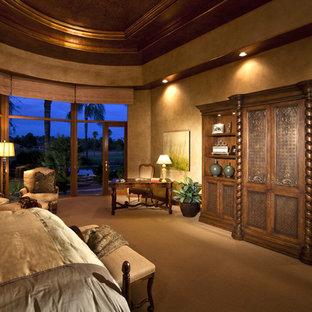 Foto de dormitorio principal, clásico, grande, con moqueta