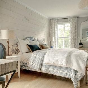 他の地域の中くらいのカントリー風おしゃれな主寝室 (グレーの壁、トラバーチンの床、暖炉なし、ベージュの床)