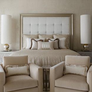シカゴの巨大なコンテンポラリースタイルのおしゃれな主寝室 (白い壁、カーペット敷き、白い床、折り上げ天井)