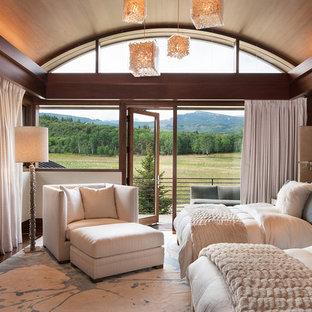 Immagine di un'ampia camera degli ospiti stile rurale con pareti marroni, parquet scuro e nessun camino