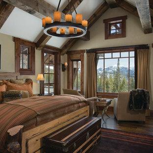 Esempio di una camera da letto rustica con pareti beige e parquet scuro